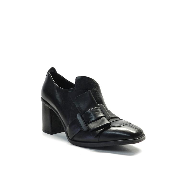 Zapato abotinado en napa, color negro, con decoración de hebilla y lazo, marca MJUS.