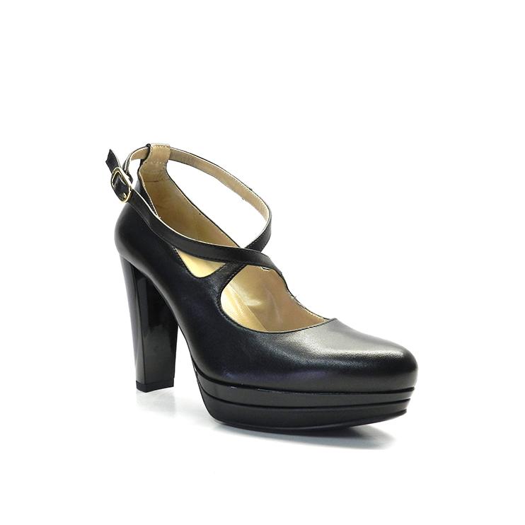 Zapato de vestir para mujer de color negro de la marca Nero Giardini, con hebilla cruzada.