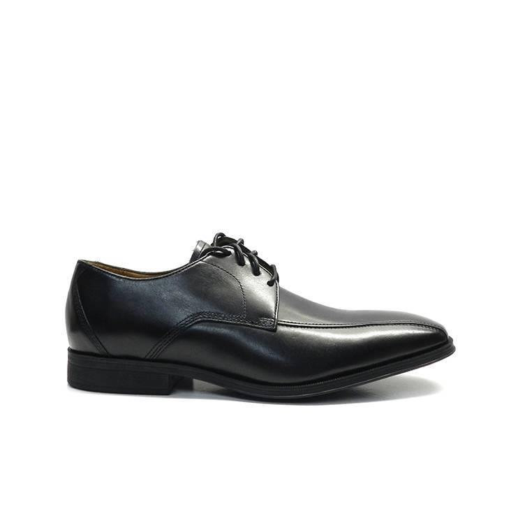 Elegantes zapatos con cordones para hombre en color negro, con detalle de costura, marca Clarks.