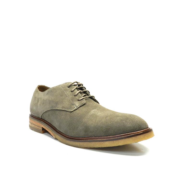 Zapatos con cordones en color caqui para hombre, en ante liso con detalle de costura, de la marca Clarks.
