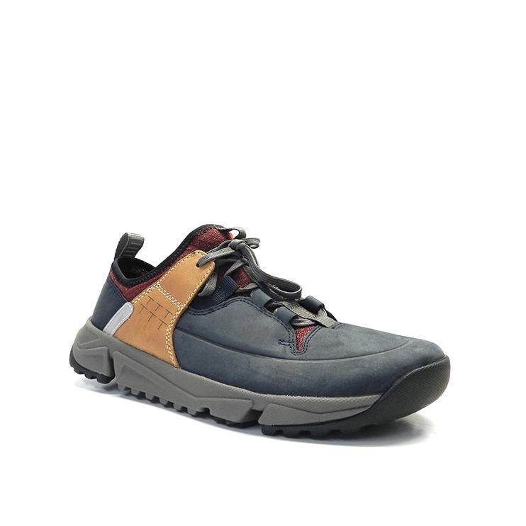 Zapatos con cordones deportivos estilo trekking, con suela ligera, en color azul con detalle anaranjado.