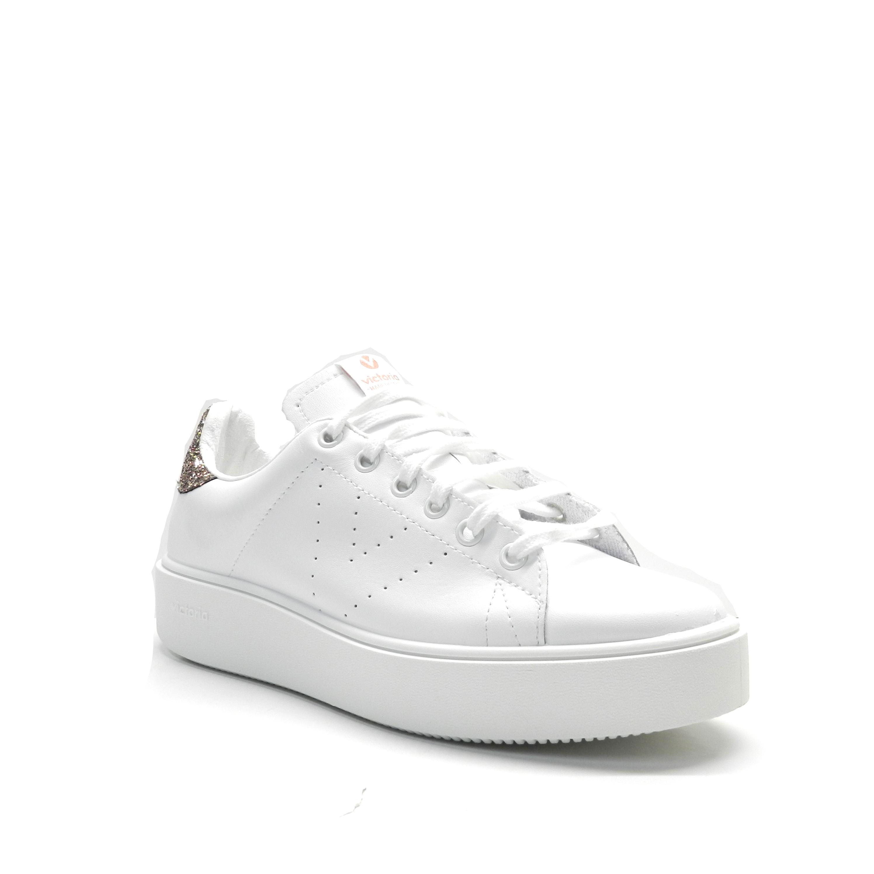 Zapatos con cordones en napa de color blanco, con detalle de glitter rosa en la parte posterior.