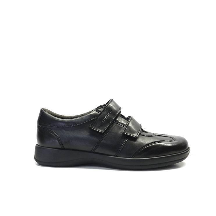 Zapatos con dos velcros, en napa de color negro y con detalle en las costuras, marca Stonefly.