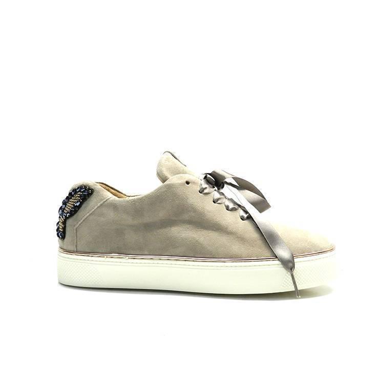 Sneaker de cordones de color vison con talonera de mariposa con pedreria