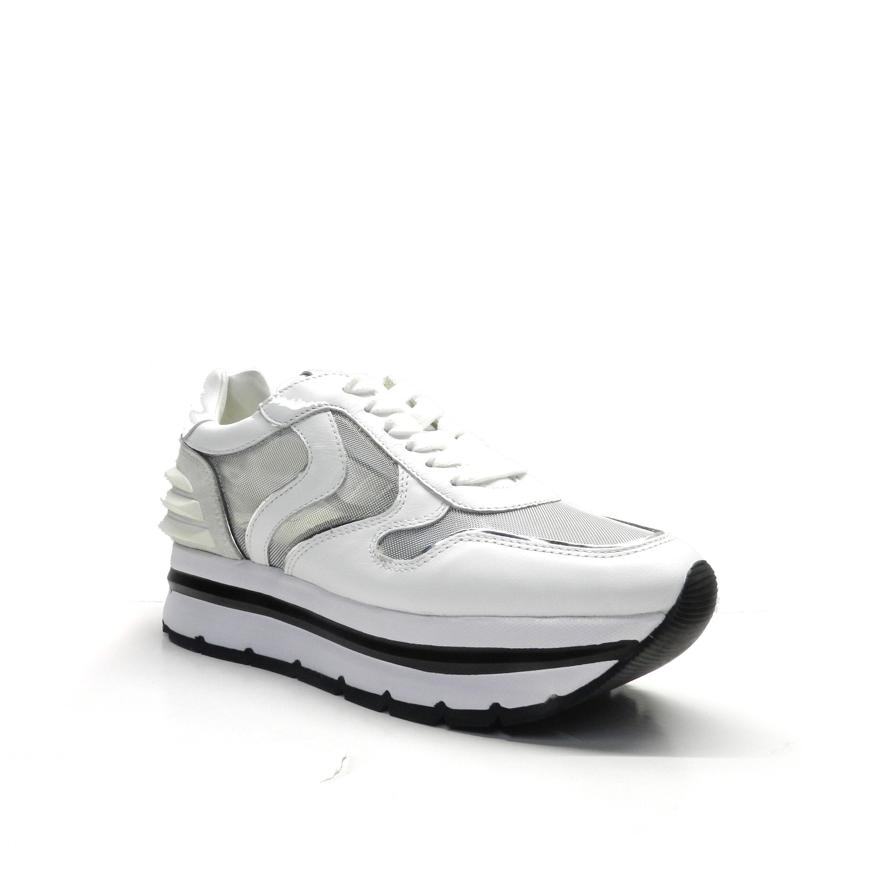 sneakers de cordones de napa y suela gruesa con raya.
