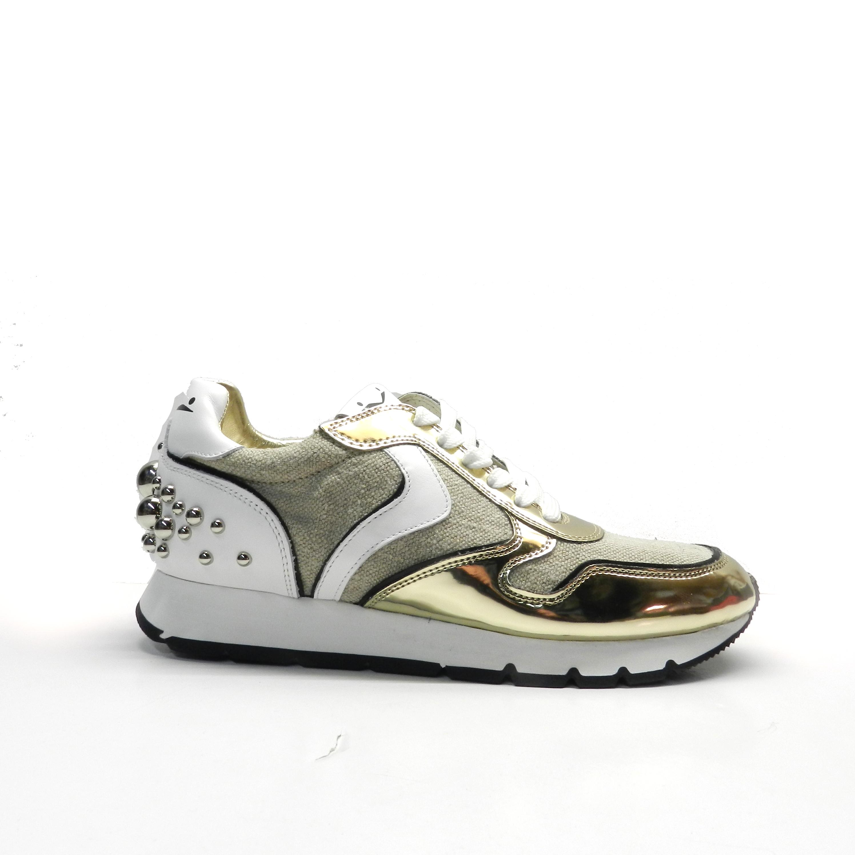 sneakers de cordones con combinación de colores y diferentes texturas.