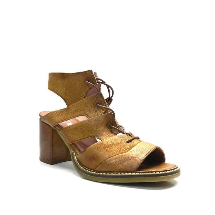 zapatos abotinados atados con cordones al tobillo en piel de color cuero