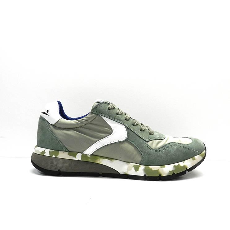 sneakers de cordones de color verde y raya blanca con suela camuflaje.