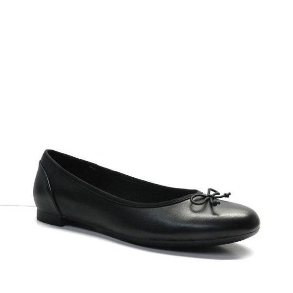 Zapatos manoletinas básicasen napa negra y planos.