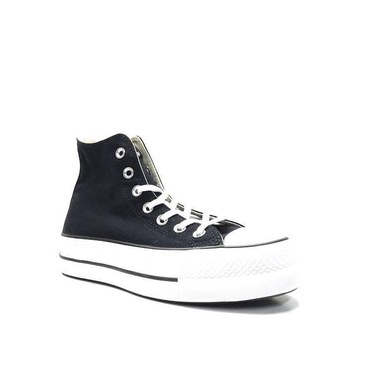 Sneakers, deportiva, bota de lona en color blanco y con plataforma, marca converse.