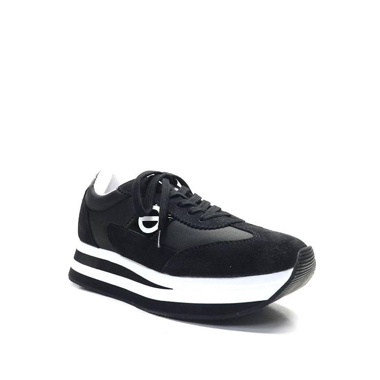 sneakers de color negro con detalles en blanco y suela bicolor,marca No Name