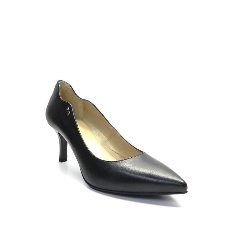 zapatos tipo salon en piel negra y tacon de aguja ,marca nero giardini