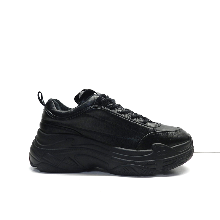 sneakers de color negro con suela gruesa y cordones de la marca cool way.