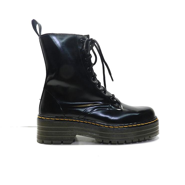 botínescala con cordones tipo militar con suela gruesa de napa en color negro.