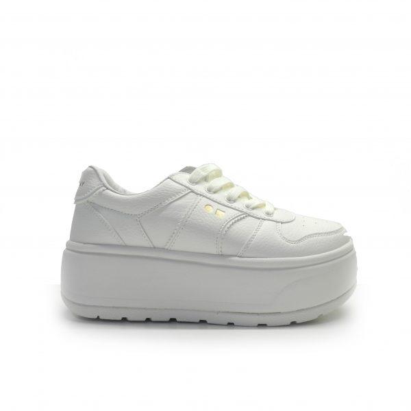 sneakers de color blanco con suela de plataforma plana y cordones de la marca cool way.