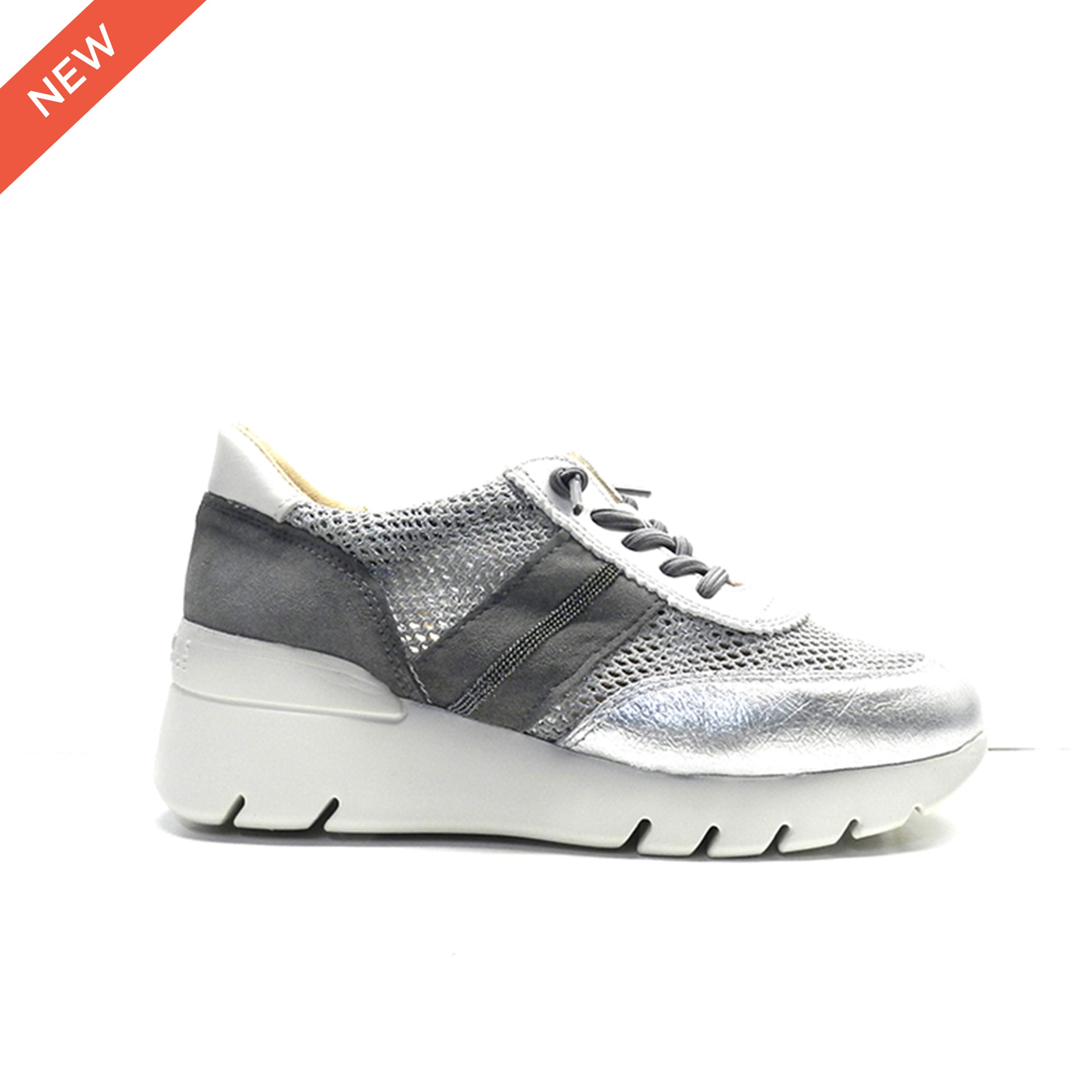 Sneakers en napa color plata con rejilla brillo y cordones elásticos, de la marca Hispanitas.