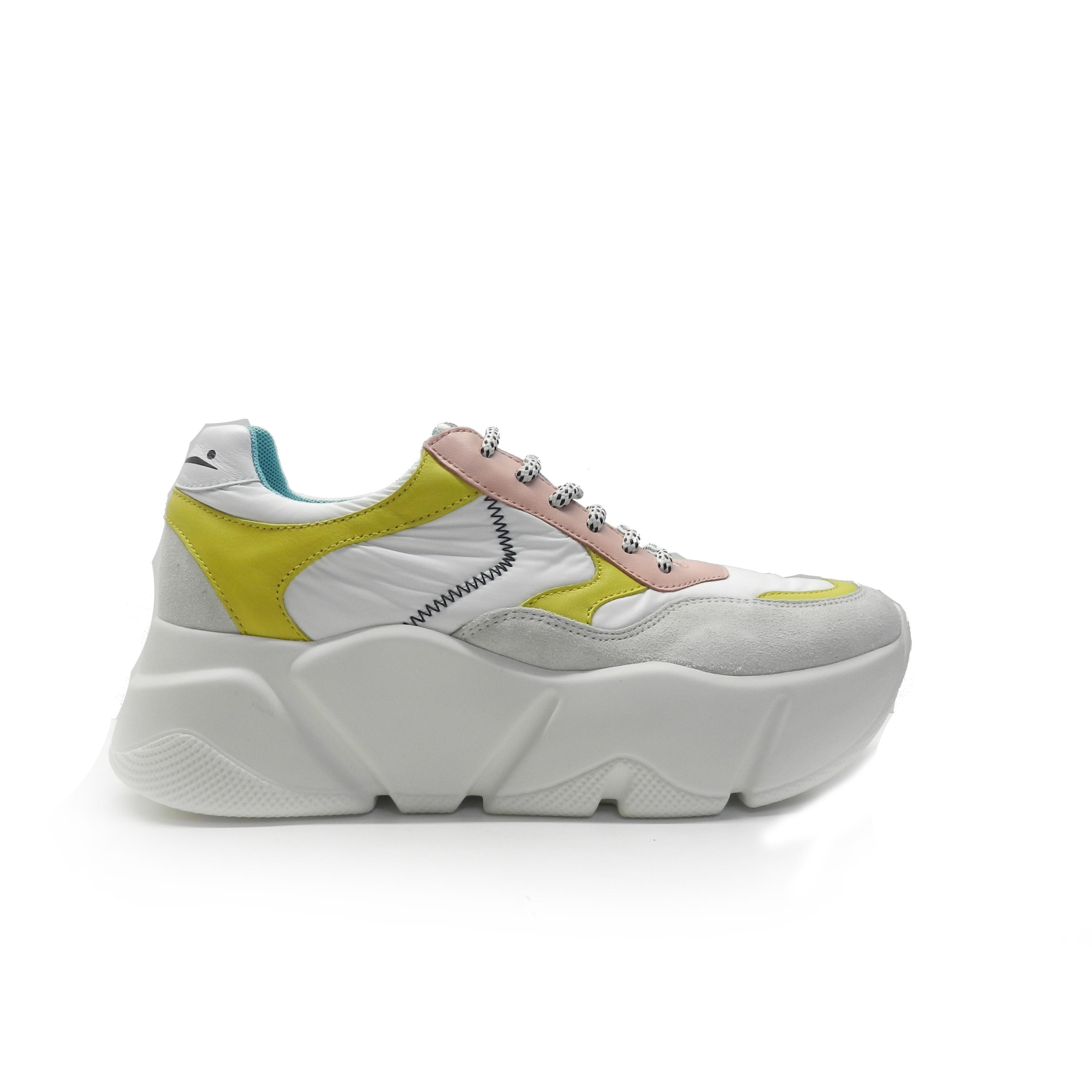 sneakers de cordones en combinado de colores y diferentes texturas, marca Voile Blanche.