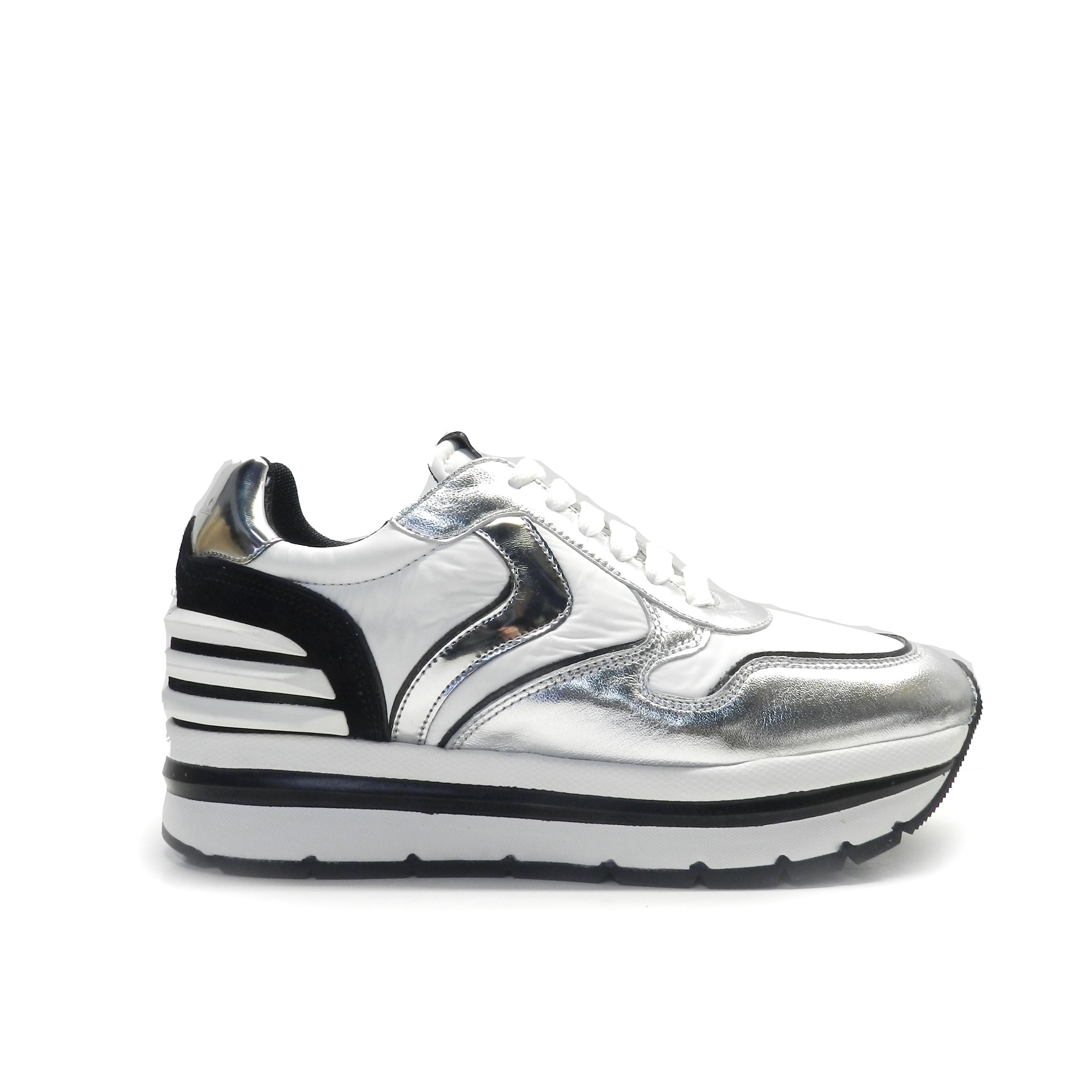 neakers de cordones en napa plata y nylon blanco con suela gruesa y raya negra, marca Voile Blanche.