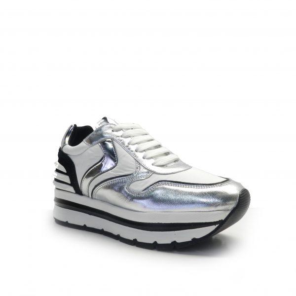 sneakers de cordones en napa plata y nylon blanco con suela gruesa y raya negra, marca Voile Blanche.