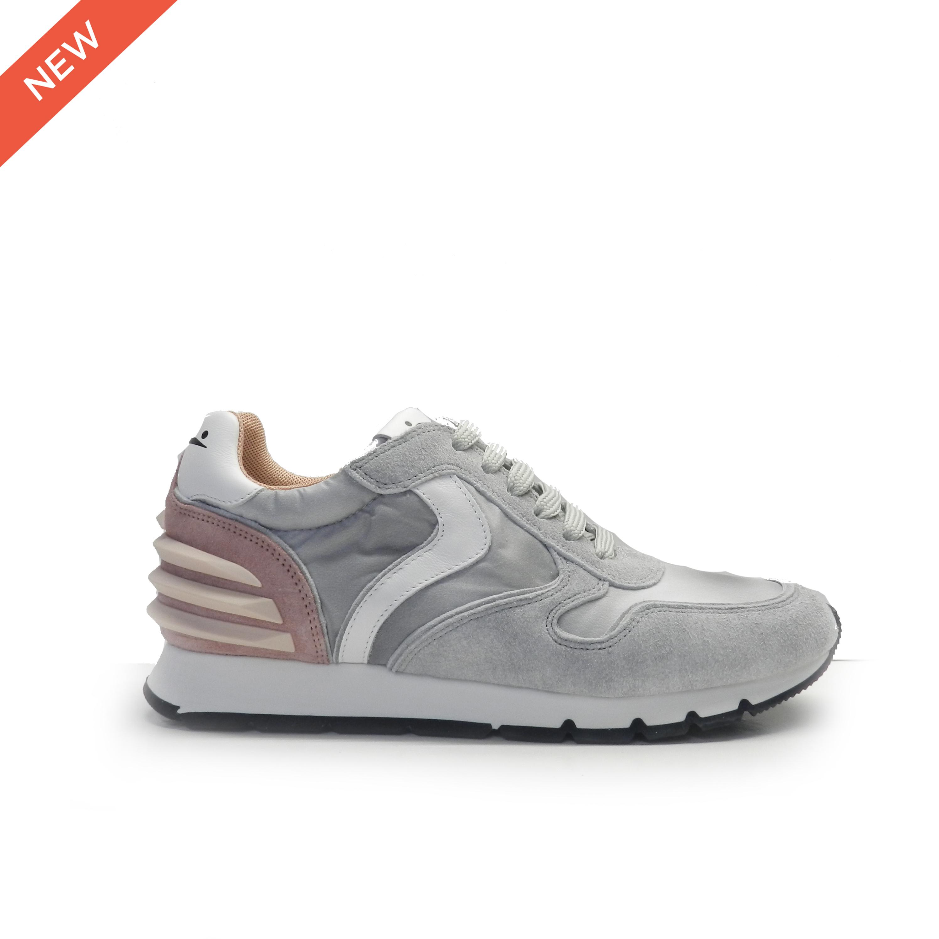 sneakers de cordones combinado en piel de nobuck gris, nylon plateado y el talón en rosa, marca Voile Blanche.