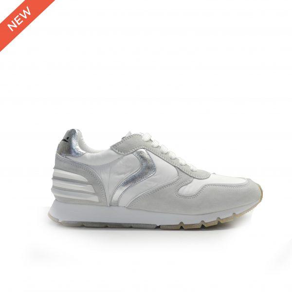 sneakers de cordones combinado en piel de nobuck gris clarito, nylon blanco y el talón en gris, marca Voile Blanche.