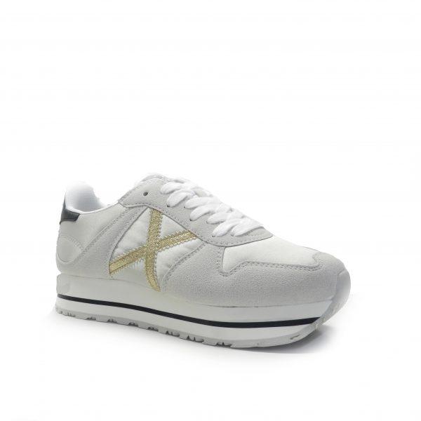 sneakers de colorgris, combinado en napa y nylon, piso fino con raya negra ,marca Munich.