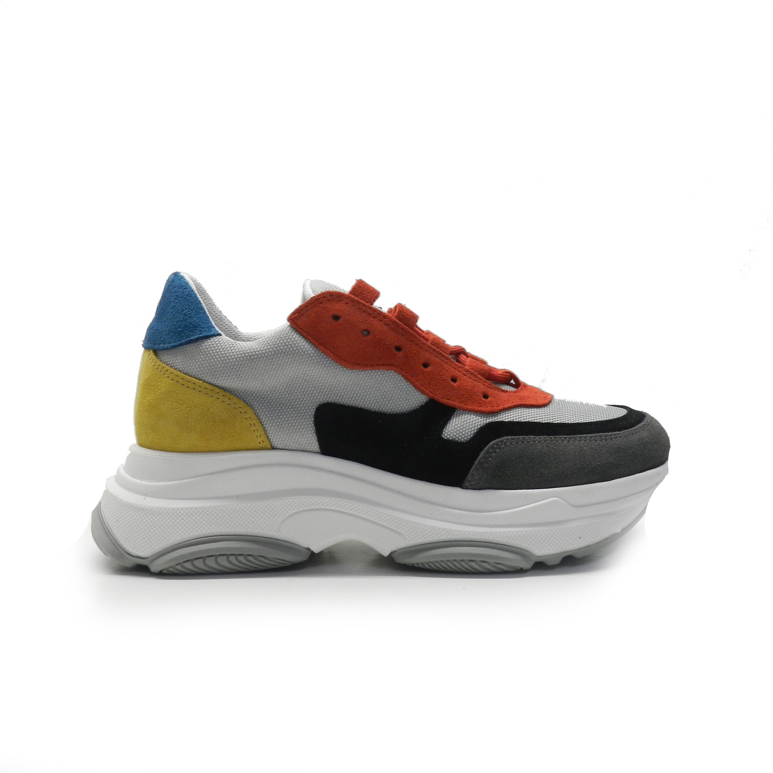 sneakers en combinación de colores y diferentes texturas, suela balancínde la marca oxigeno.