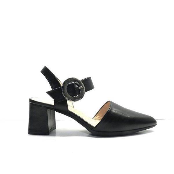 zapatos de vestir en piel negra cerrados de punta y hebilla plata ,marca hispanitas