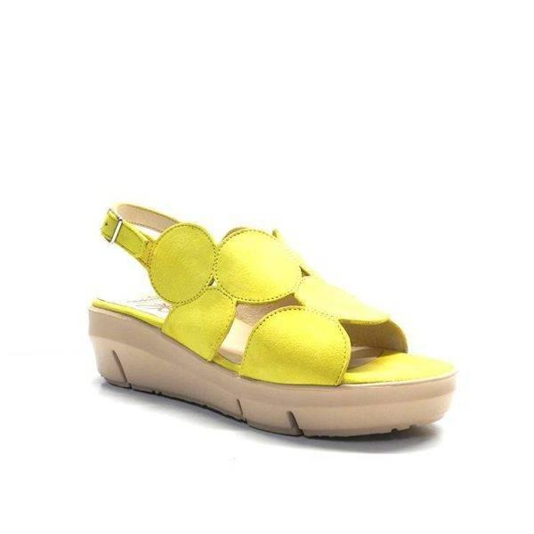 Sandalia ante abrochada con con hebilla y con tiras en forma de redondas de la marca wonders.