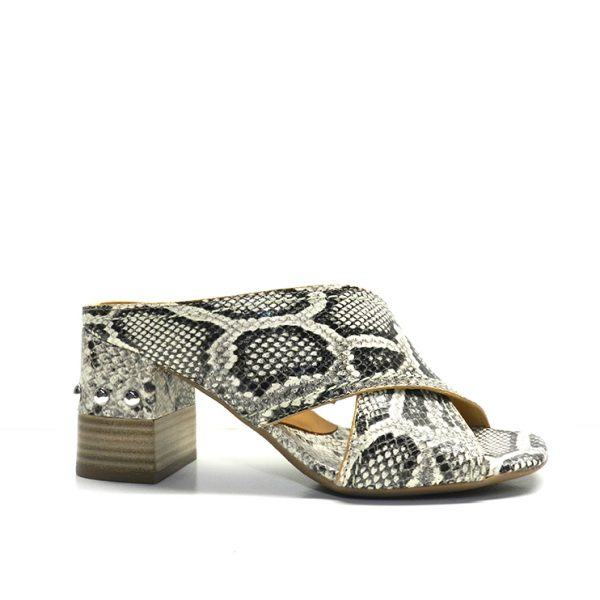 sandalias cruzadas en piel con estampado pitón y tacón combinado con tachuelas de la marca alpe.