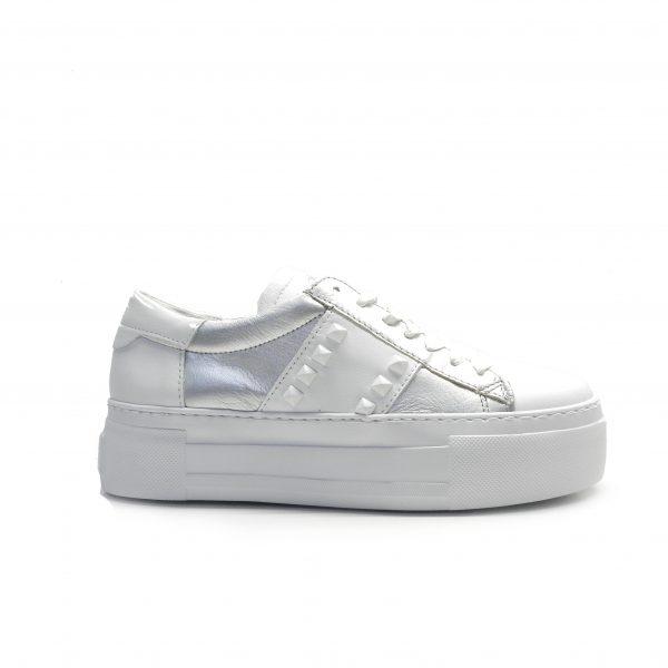 sneakers de piel en color blanco y plata con tachuelas y doble plataforma, marca alpe.