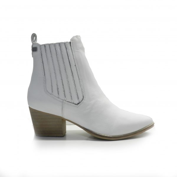 botin campero en piel de color blanco ,marca musse and cloud