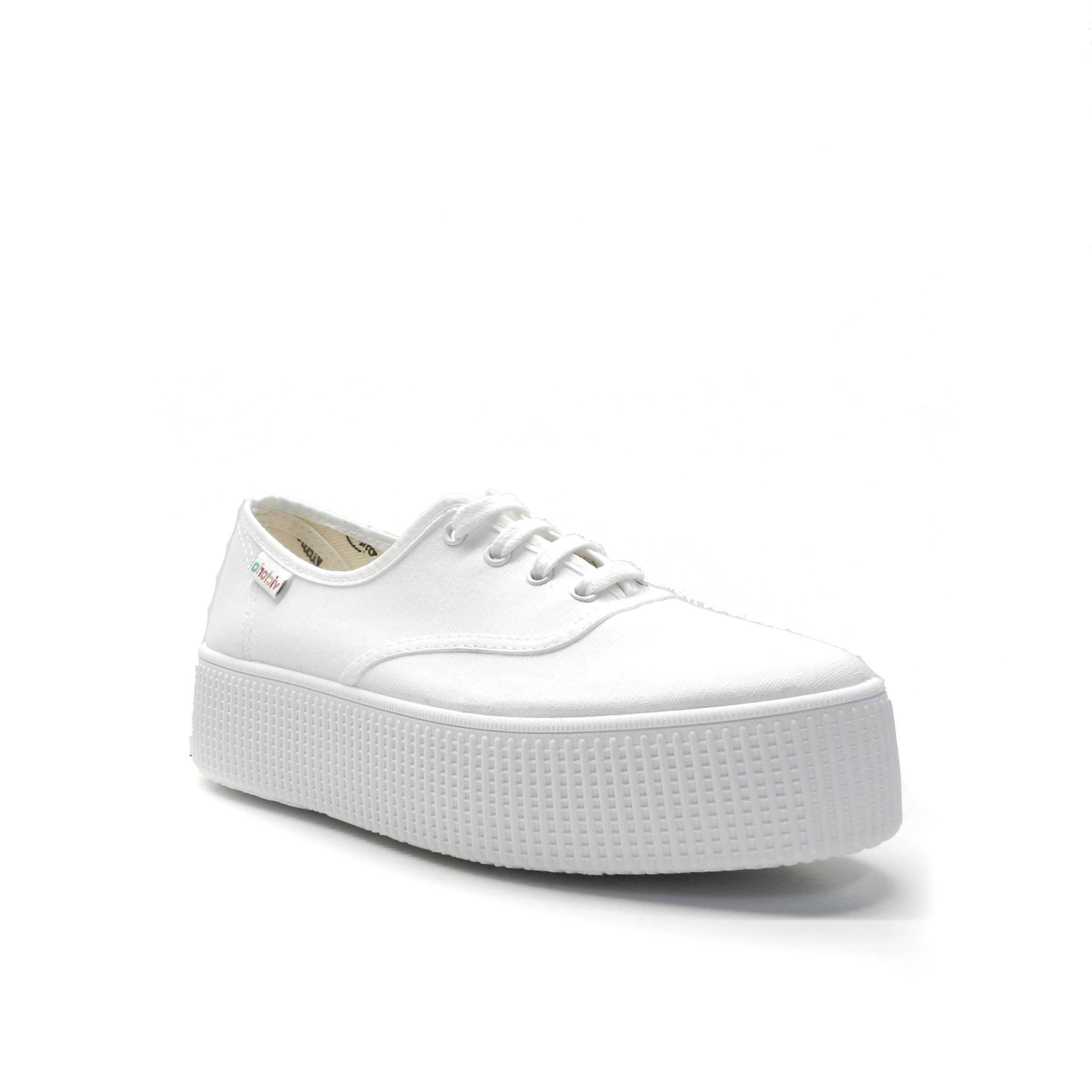 sneakers basica de lona en color blanco con plataforma de la marca victoria.