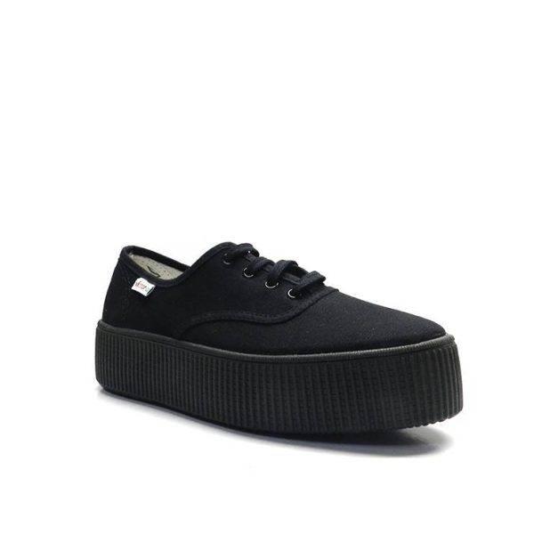 sneakers básicade lona en color negro con plataforma de la marca victoria.