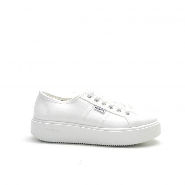 sneakers básicade lona en color blanco con suela gruesa de la marca victoria.