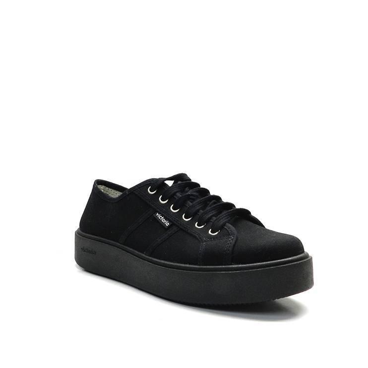 sneakers básicade lona en color negro con suela gruesa de la marca victoria.