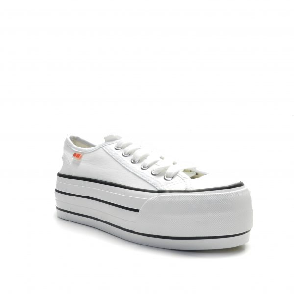 sneakers de color blanco con plataforma y cordones de la marca cool way.