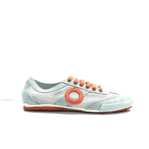 sneakers de cordones en ante y con rejilla de color turquesa con adornos en naranja, marca aro.