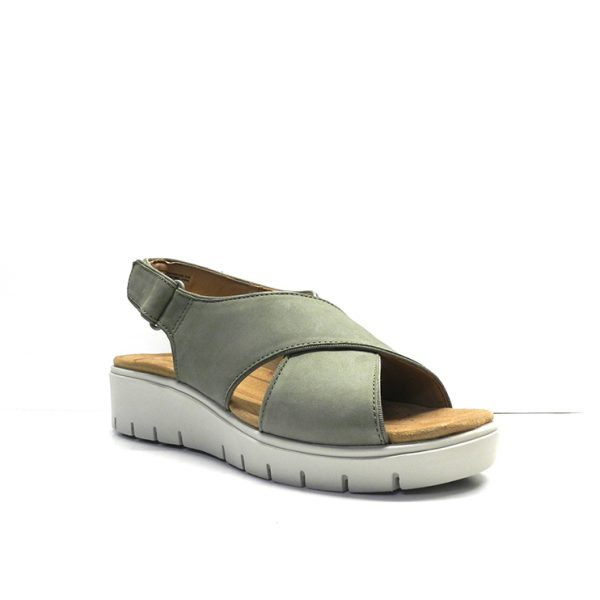sandalias cruzadas en nobuk kaki con suela de goma, marca clarks