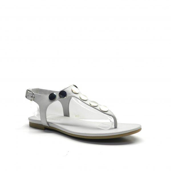 sandalias planas de dedo en color gris con adornos metal plata, marca inuovo