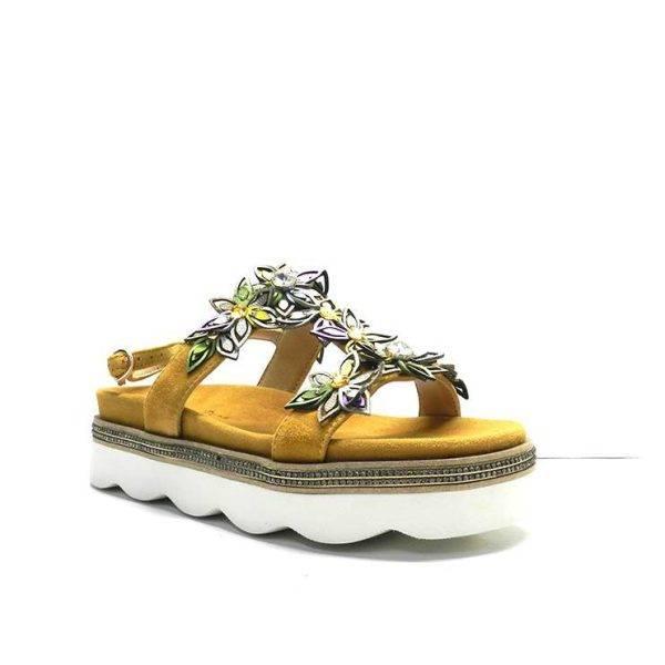sandalias con flores de colores y suela de plataforma dentada, de la marca Alma en Pena.