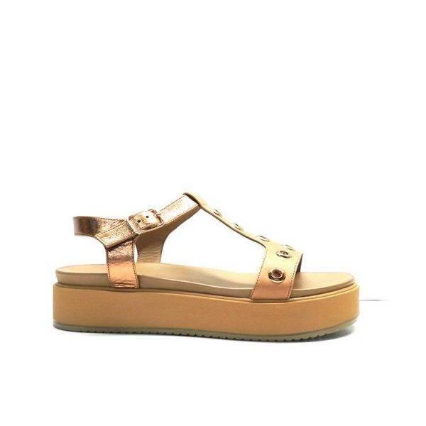 sandalias planas con plataforma de color camel con adornos dorados, marca inuovo