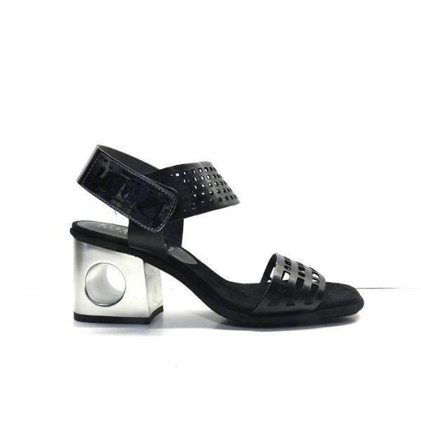 sandalias de piel en color negro con tacon y tira plata ,marca hispanitas