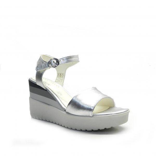 sandalias en piel metalizada de color plata y cuña de la marca stonefly.