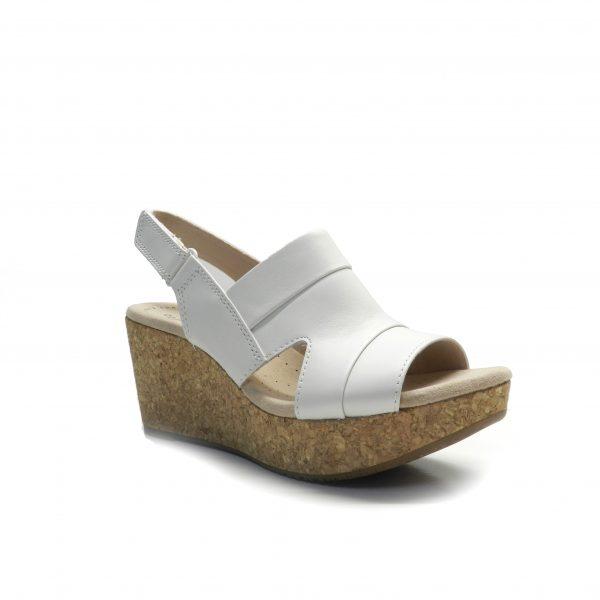 sandalias en piel de color blanco con cuña de corcho, marca clarks