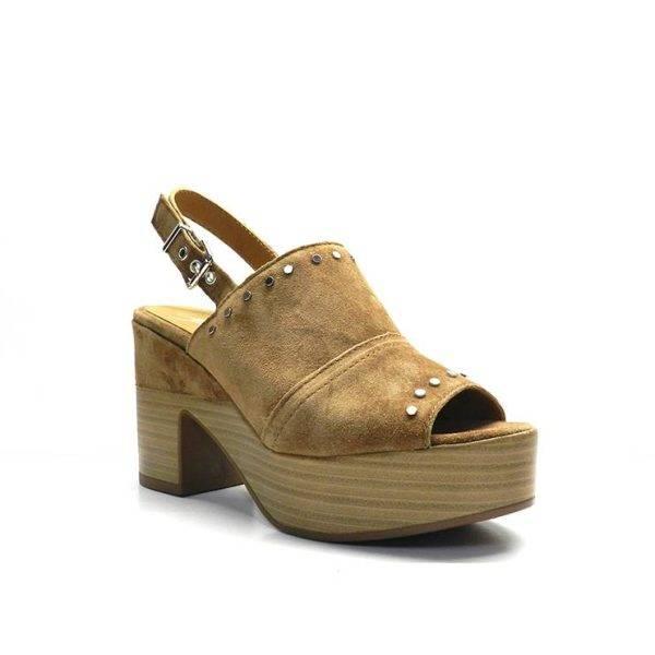 sandalias pala nobuck con adornos de tachas, de la marca alpe.