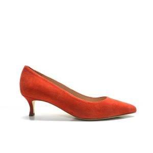 zapatos de salón en ante de color negro, con tacón fino bajito, marca Unisa.
