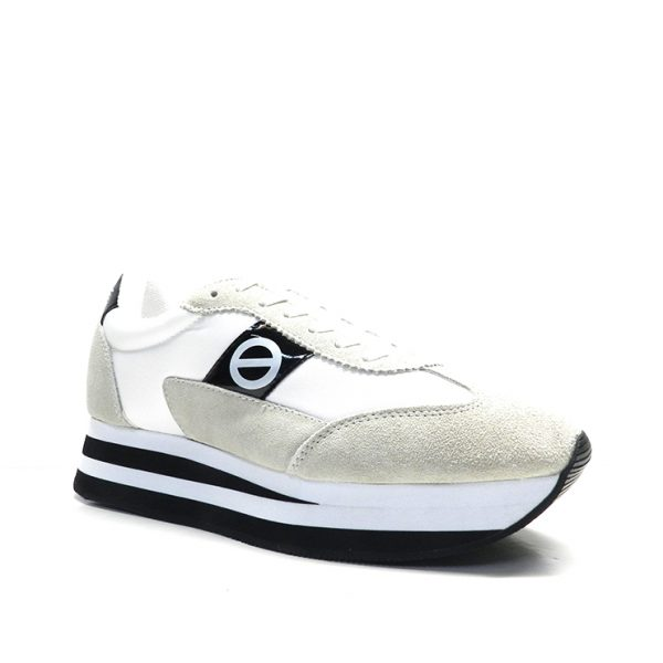 sneakers de nylon en blanco y suela bicolor, marca no name.