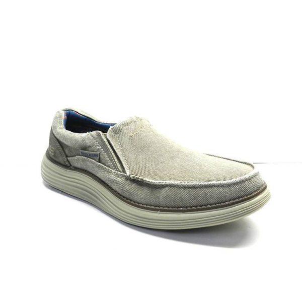 zapatos de color kaki en lona gastada y suela gruesa de la marca skechers.