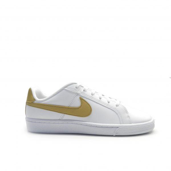 sneakers de piel con el logo en dorado de la marca nike.